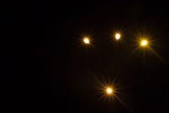 Luzes brilhantes com raios em um fundo escuro Fotografia de Stock
