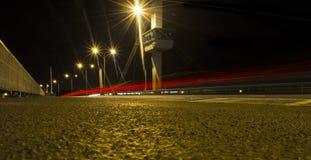 Luzes brilhantes na noite sobre uma ponte Foto de Stock Royalty Free