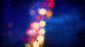 Luzes coloridas da cidade na chuva filme