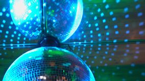 Luzes coloridas do disco A profundidade de campo suporta sobre de um detalhe do tapete persa O filme é dado laços vídeos de arquivo