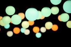 Luzes coloridas do pendente em um fundo escuro imagem de stock royalty free