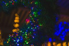 Luzes completas da cor em uma árvore de Natal Foto de Stock