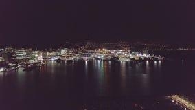 Luzes da antena, do porto e da cidade na noite com a luz que reflete na água vídeos de arquivo