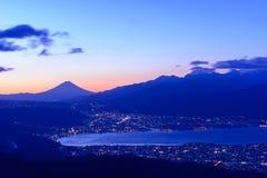 Luzes da cidade de Suwa e do Mt Monte Fuji no alvorecer Imagem de Stock Royalty Free