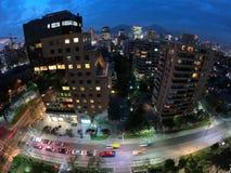 Luzes da cidade na noite e nas quedas da noite imagem de stock
