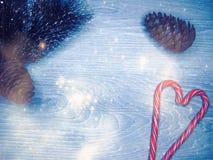 Luzes da decoração e da festão do Natal no backgr de madeira do vintage Foto de Stock