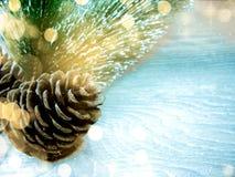 Luzes da decoração e da festão do Natal no backgr de madeira do vintage Fotografia de Stock Royalty Free