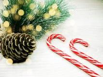 Luzes da decoração e da festão do Natal no backgr de madeira do vintage Fotos de Stock Royalty Free