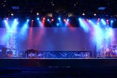 Luzes da fase antes do concerto fotos de stock