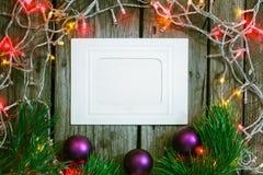 Luzes da festão do Natal e bolas coloridas do Natal no fundo rústico de madeira Decorações do Xmas Fotos de Stock Royalty Free