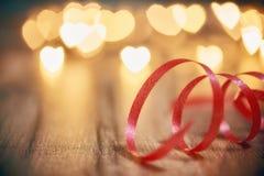 Luzes da festão no fundo de madeira imagem de stock royalty free