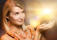 Luzes da mágica da terra arrendada da mulher Fotos de Stock