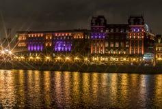Luzes da noite da construção histórica na água Imagem de Stock Royalty Free