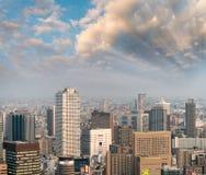 Luzes da noite de arranha-céus de Osaka Fotos de Stock Royalty Free