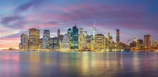 Luzes da noite de skylines famosas de Manhattan, New York City foto de stock