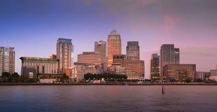 Luzes da noite do distrito do negócio e da operação bancária de Canary Wharf Imagens de Stock