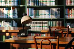 Luzes da tarde na biblioteca imagens de stock