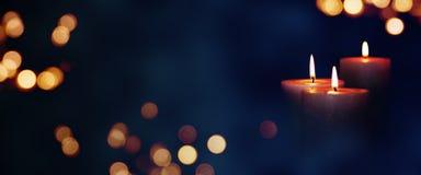 Luzes da vela na escuridão Fotografia de Stock
