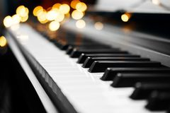 Luzes das chaves do piano no fundo fotos de stock royalty free