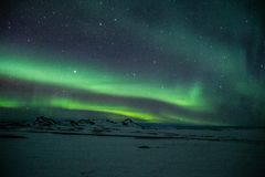 Luzes de Aurora Borealis /Northern acima de Islândia imagens de stock