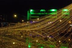 Luzes de Natal amarelas, lago refletido fotografia de stock royalty free