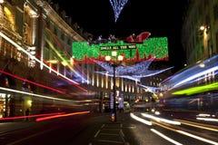 Luzes de Natal da rua dos regentes em Londres imagem de stock
