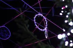 Luzes de Natal decoradas na forma dos círculos e das linhas nas ruas imagem de stock