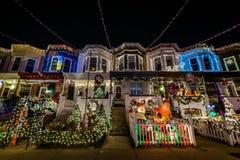Luzes de Natal do feriado na construção em Hampden, Baltimore Mary imagens de stock royalty free