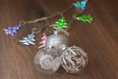 Luzes de Natal e bolas de vidro Fotografia de Stock