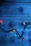 Luzes de Natal em um fundo de madeira Fotografia de Stock Royalty Free