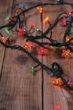 Luzes de Natal em um fundo de madeira Imagem de Stock