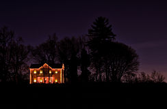 Luzes de Natal em uma casa da quinta rural solitária Fotos de Stock Royalty Free