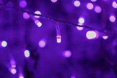 Luzes de Natal de incandescência com bokeh do borrão no festival da iluminação defocused fotos de stock royalty free