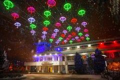 Luzes de Natal na noite - Otopeni da cidade Romênia imagens de stock royalty free