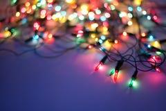 Luzes de Natal na obscuridade - fundo azul Imagens de Stock