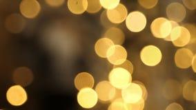 Luzes de Natal obscuras fora do fundo do foco foto de stock royalty free