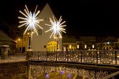Luzes de Natal Sibiu da praça da cidade da neve do inverno Fotos de Stock Royalty Free