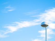 Luzes de rua em um dia nebuloso sobre e na paisagem urbana Imagens de Stock Royalty Free