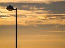 Luzes de rua no por do sol sobre e na paisagem urbana Fotografia de Stock