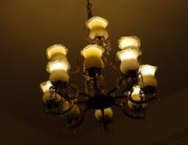 Luzes de suspensão do teto do vintage capturadas na luminosidade reduzida imagem de stock royalty free