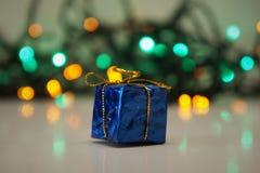 Luzes decorativas brilhantes para decorar a árvore de Natal fotos de stock royalty free