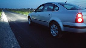 Luzes do carro na estrada vazia Fotografia de Stock Royalty Free