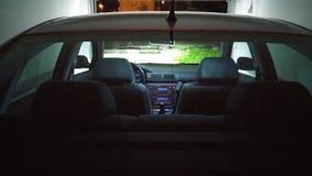 Luzes do carro na garagem Imagem de Stock