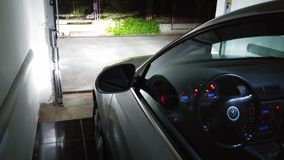 Luzes do carro na garagem Fotografia de Stock Royalty Free