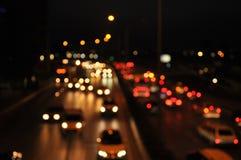 Luzes do carro no tráfego de cidade de nivelamento fotos de stock