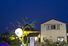 Luzes do festival nas casas Fotos de Stock Royalty Free