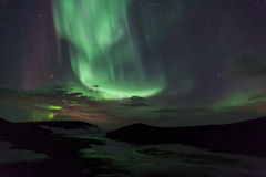 Luzes do norte sobre crateras em Islândia Fotos de Stock
