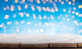 Luzes douradas abstratas borradas do ponto com madeira Fotos de Stock