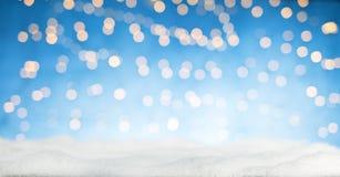 Luzes douradas abstratas borradas do ponto com neve Fotografia de Stock Royalty Free