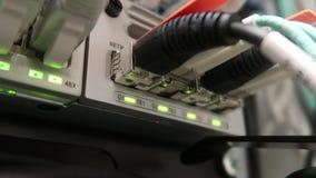 Luzes e conex?es no servidor de rede Interruptor de trabalho dos ethernet na sala do centro de dados O v?deo cont?m a cintila??o vídeos de arquivo